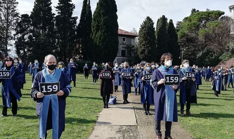 Boğaziçi professors turning their backs to the office of the Rectorate in protest of the arrest of 159  students on February 1. A new Rector was appointed to Boğaziçi on January 1 by a Presidential Decree without any consultation with the Boğaziçi faculty. Photo credit: The Turkish daily Cumhuriyet (February 2).